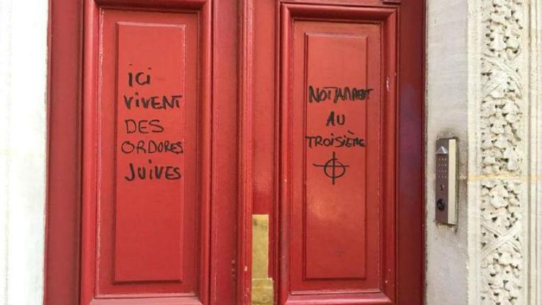 Des tags antisémites sur une porte d'immeuble à Paris «Ici vivent des ordures Juives»