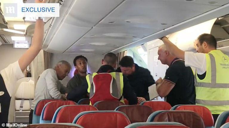 Londres : des passagers d'un avion empêchent l'expulsion d'un Somalien condamné pour le viol collectif d'une adolescente (Vidéo)