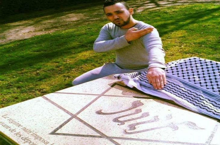 Arnaud Chavez, meneur des gilets jaunes pour Mézières, s'exhibe faisant une quenelle devant la stèle pour les victimes juives du nazisme