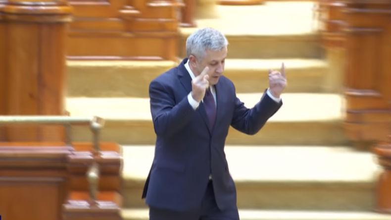 Roumanie : un dirigeant fustige l'UE devant le Parlement et effectue un double doigt d'honneur