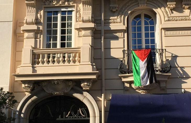 Provocation à l'Hotel Excelsior de Nice : un client déploie un grand drapeau palestinien, la direction le fait retirer