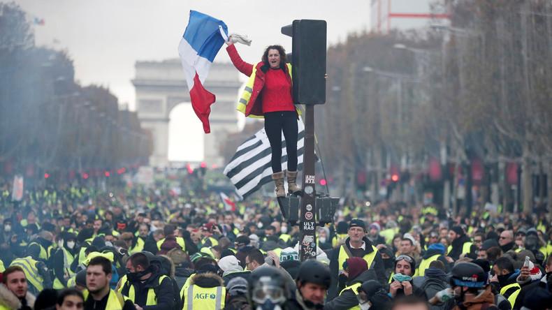 Plusieurs milliers de Gilets jaunes se rassemblent sur les Champs-Elysées (EN CONTINU)