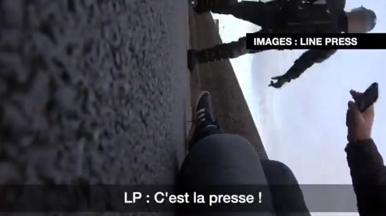 «C'est à cause de vous que la France part en couille» : un CRS met un journaliste au sol (Vidéos)