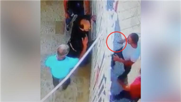 Un prêtre catholique attaqué au couteau par des Palestiniens à Bethléem pour avoir offert un refuge à des touristes menacés (Vidéo)