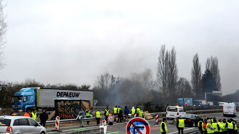 Gilets jaunes : un automobiliste meurt après avoir percuté un camion à la frontière belge