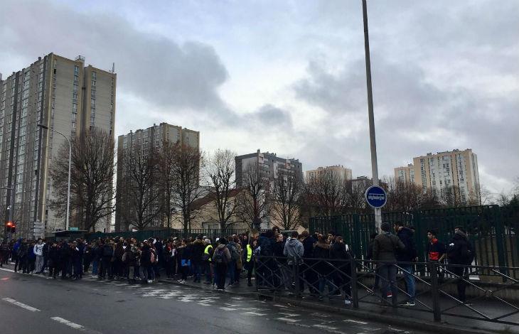 Noisy-le-Sec : Jugeant leur commerce perturbé par des lycéens grévistes, les dealers assurent le « maintien de l'ordre » devant la police immobile