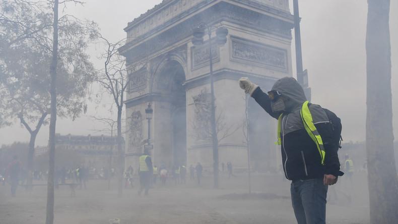 Gilets jaunes : premières tensions dès le début du rassemblement sur les Champs-Elysées (Vidéos)