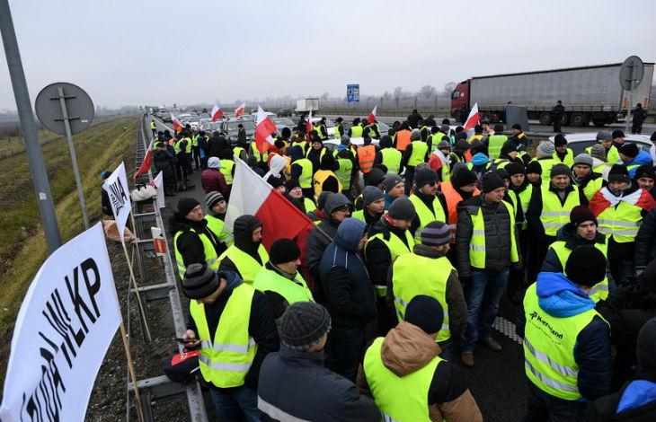 Vêtus de gilets jaunes, des agriculteurs polonais mécontents bloquent une autoroute «On proteste à la française»