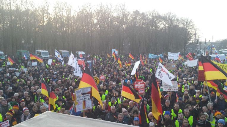 Berlin : des milliers de citoyens manifestent contre le pacte de l'ONU sur les migrations, certains sont vêtus de gilets jaunes