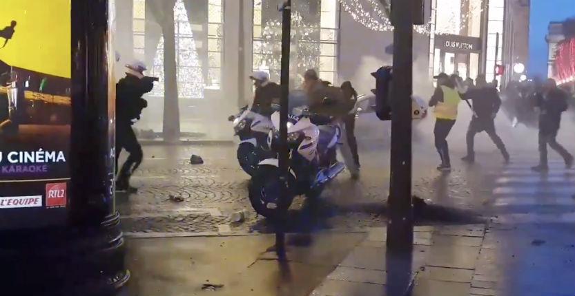 Gilets jaunes, tensions et heurts à Paris : Scène extrêmement violente sur les Champs Élysées. Un policier sort son arme (Vidéos)