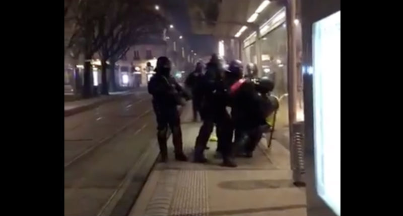 Violences policières : Un homme âgé passé à tabac par des CRS sous les yeux de sa fille qui hurle d'arrêter de le frapper à Bordeaux (VIDEO CHOC)