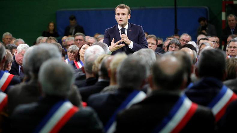 «Du travail en traversant la rue» ? Macron précise : «Là où j'habite, on en trouve !» (VIDEO)