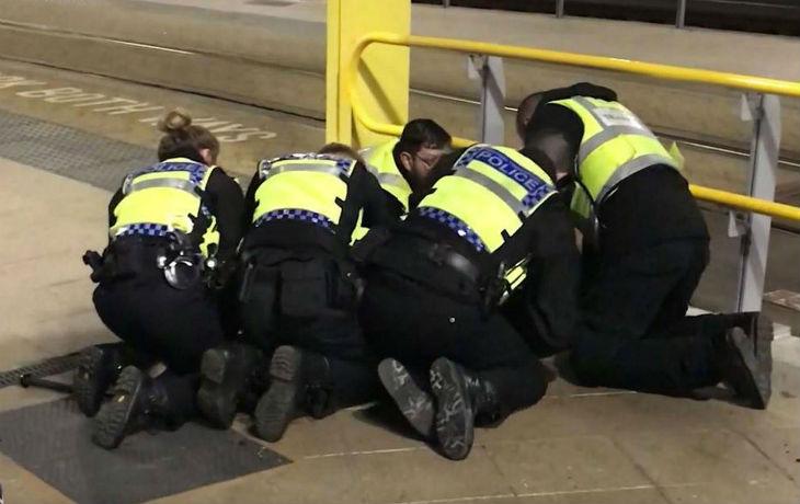 [Vidéo] Le musulman qui a poignardé 3 personnes à Manchester hurle «Vive le califat! Allahu Akbar!», mais pour le Conseil musulman de Grande-Bretagne «le mobile n'est pas clair»…