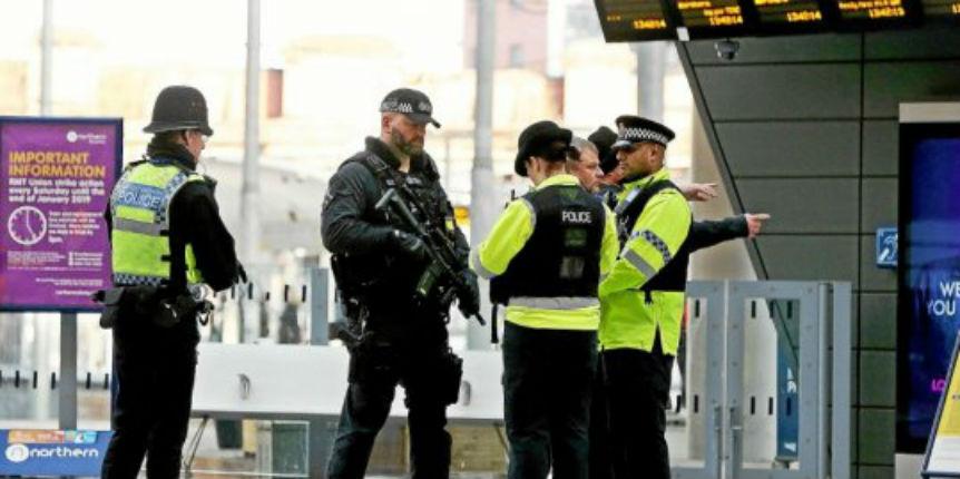 Royaume-Uni: un musulman criant «Allah» poignarde trois personnes dans une attaque au couteau à Manchester. La police anti-terroriste saisie