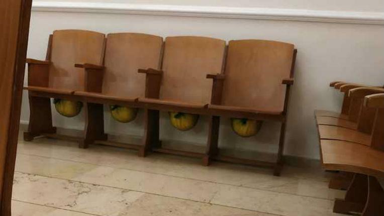Après deux attentats terroristes, la synagogue d'Istanbul met à disposition des fidèles des casques deprotection