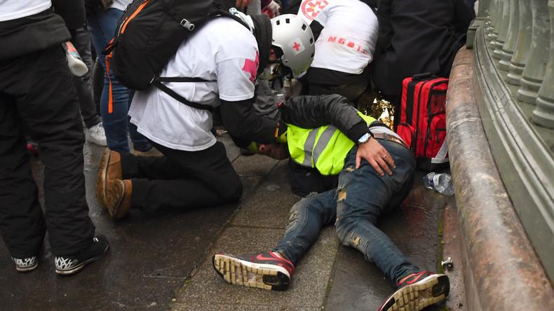 Gilets jaunes : depuis le Caire, Macron déplore les morts, félicite la police, mais pas un mot pour les blessés