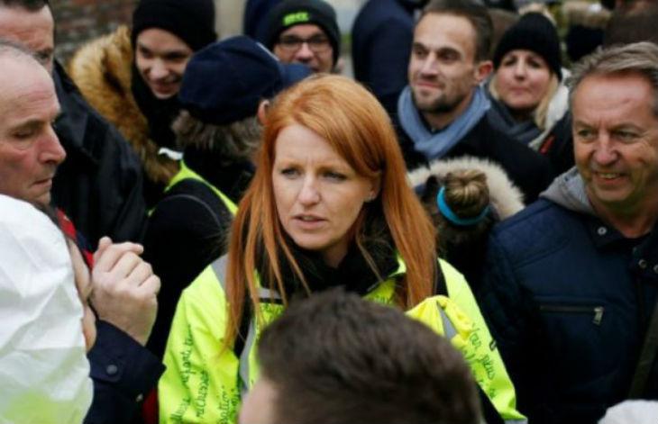 Macron à Bourgtheroulde : les Gilets Jaunes reçoivent l'ordre de retirer leur gilet sous peine de « 135 euros d'amende »
