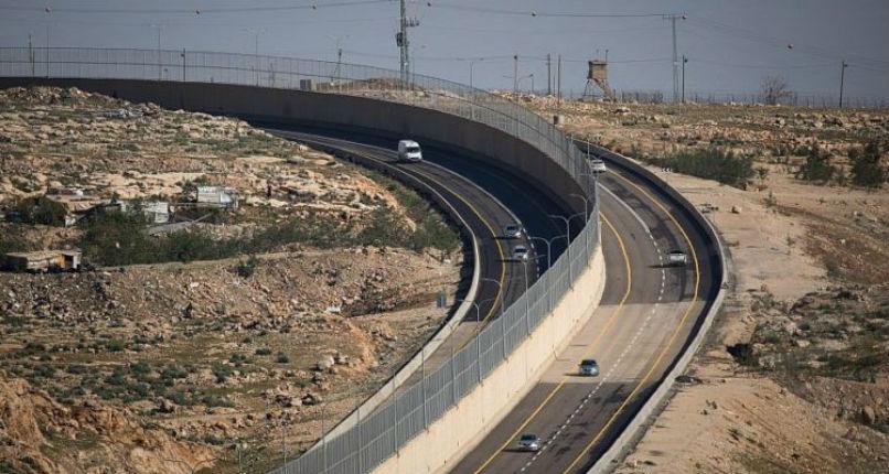 Les conducteurs palestiniens se réjouissent de la nouvelle route tandis que les critiques accusent Israël «d'apartheid»