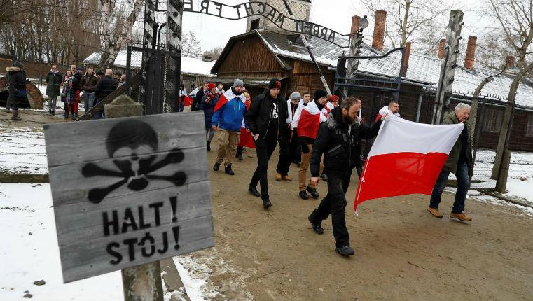 À Auschwitz, l'extrême droite polonaise manifeste pendant la commémoration de la libération du camp