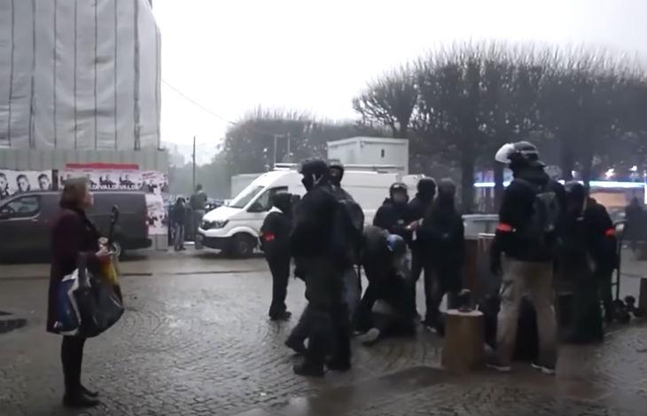 Gilets Jaunes : Une passante se fait insulter par des policiers cagoulés «Dégage vieille truie» (Vidéo)