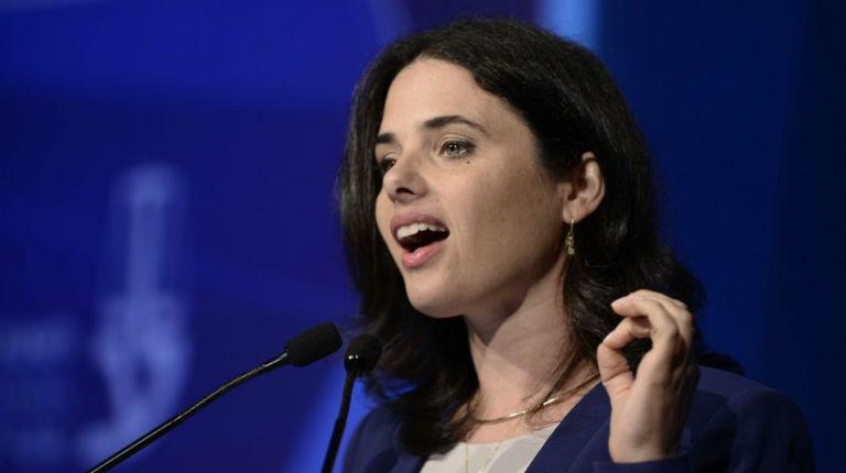 Sondage: Ayelet Shaked, ministre de la Justice, est la personnalité politique la plus largement admirée en Israël
