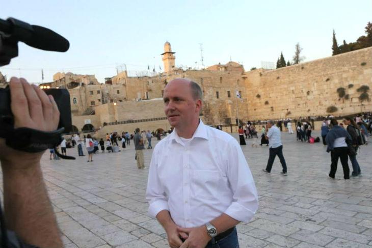 Le maire de Francfort, Uwe Becker, dénonce «Amnesty International fait la promotion du nettoyage ethnique contre les Juifs» de Judée Samarie