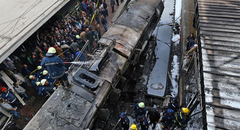 Train fou et gens en feu : le chaos de l'explosion d'un train dans une gare du Caire suite à une dispute entre conducteurs (Vidéos chocs)