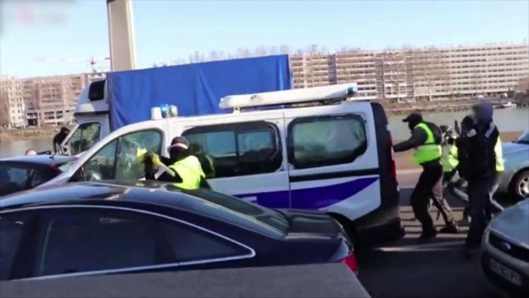 «Ce ne sont pas des Gilets jaunes»: un CRS du fourgon caillassé à Lyon témoigne (vidéo)