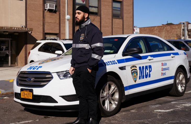 New York : Une police islamiste de la Charia dans des voitures ressemblant aux voitures de la police de New York, portant des sosies d'uniforme de la police