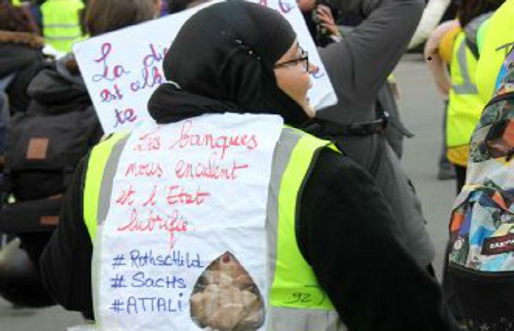 Une femme voilée antisémite déguisée en Gilet jaune lors de l'acte 13