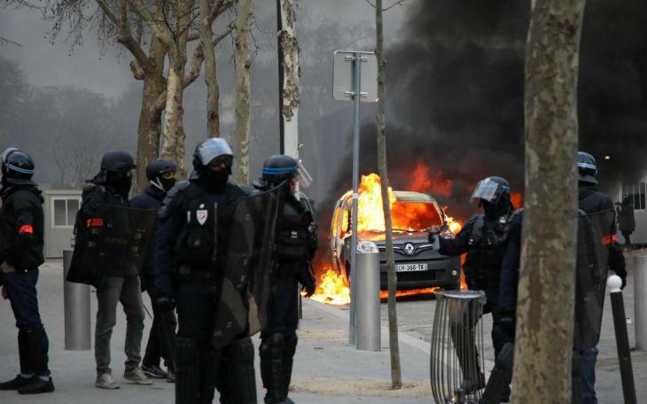 Suivi par la police pendant des heures, un black bloc casseur armé commet de lourdes dégradations tout au long de la journée