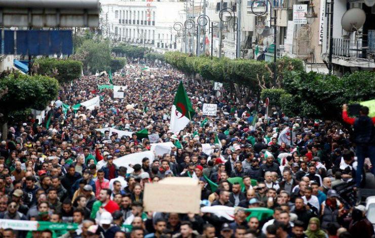 Algérie: Bouteflika renonce à un 5e mandat, la présidentielle reportée. Scènes de joie à Alger (Vidéos)