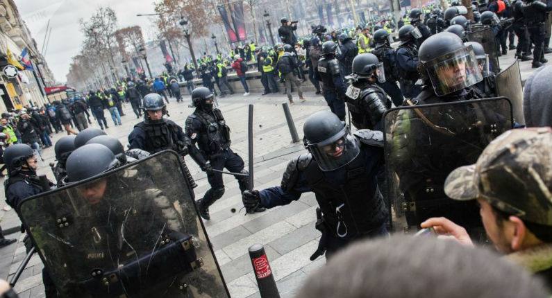 Acte 17: un gendarme mobile écrase volontairement les lunettes d'un Gilet jaune (Vidéo)