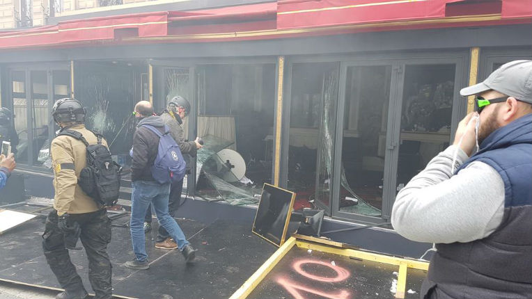 Des boutiques pillés et le restaurant Fouquet's dévasté sur les Champs-Élysées (Vidéos)