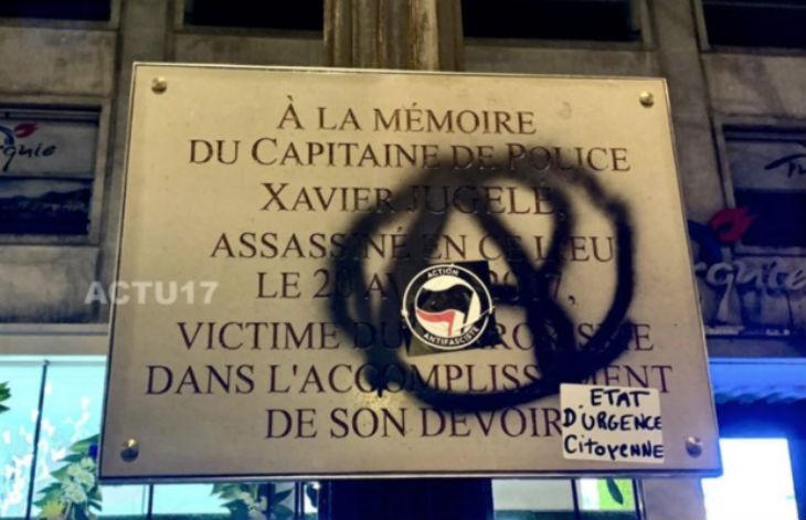 Paris : La plaque en hommage à Xavier Jugelé, tué sur les Champs-Elysées par un terroriste musulman le 20 Avril 2017, saccagée par l'extreme gauche