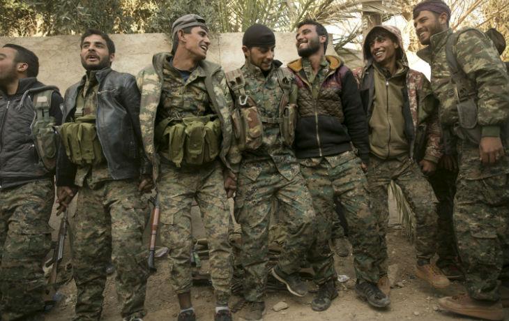 Les Forces démocratiques syriennes soutenues par les États-Unis célèbrent leur victoire sur l'État islamique à Baghouz (Vidéo)