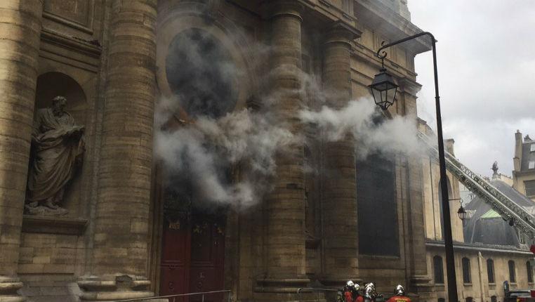 Paris : incendie dans l'église Saint-Sulpice, qui contient des oeuvres majeures. Il s'agit d'un acte criminel (Vidéo)
