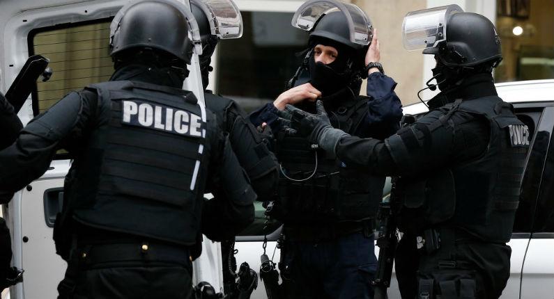 Lance-roquettes, cartouches, fusil-mitrailleur: les découvertes de la police cité Neruda à Saint-Denis