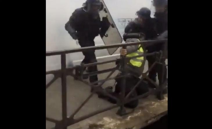 Un Gilet jaune se fait matraquer par les policiers alors qu'il est agrippé à un pont à Quimper (vidéo)