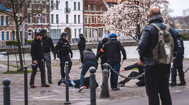 Passants matraqués, femmes frappées… les violences gratuites de la police macronienne (Vidéos)