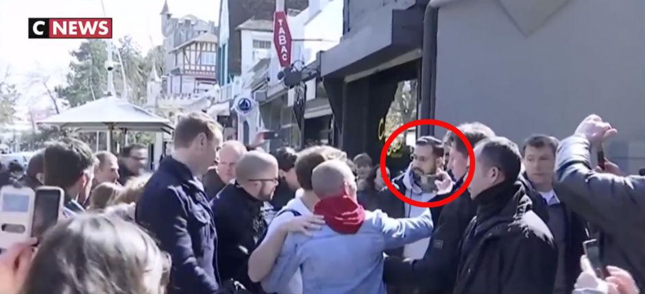 Macron au Touquet, CNEWS en flagrant délit de manipulation des images pour faire croire à sa popularité : Benalla apparait sur les images aux côtés de Macron ! (Vidéo)