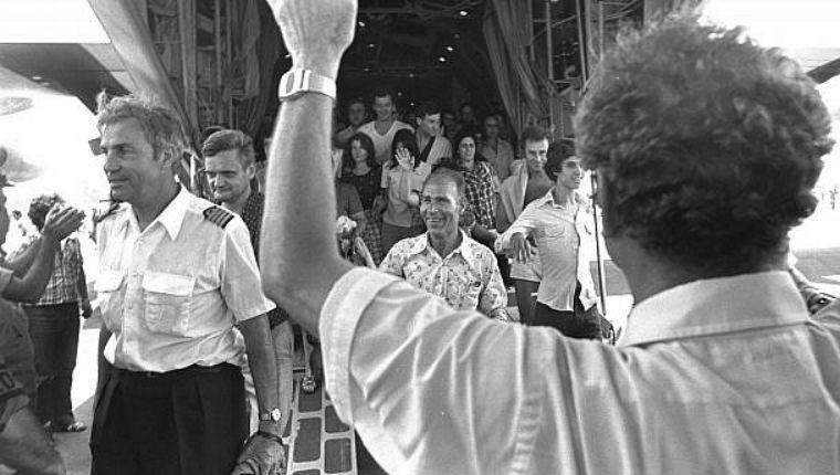 L'hymne israélien joué lors de l'enterrement du pilote Michel Bacos, commandant du vol Tel Aviv et Paris détourné le 27 juin 1976 vers Entebbe (Vidéo)