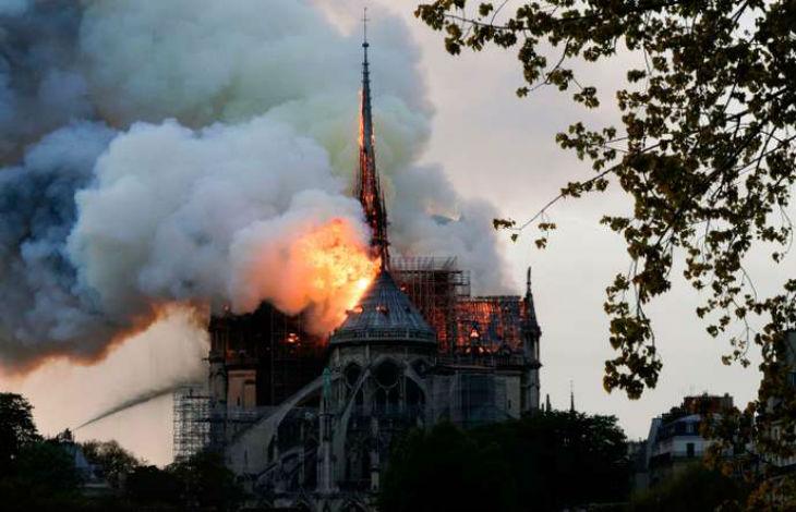 Important incendie en cours dans la cathédrale Notre-Dame de Paris. La flèche s'est effondrée