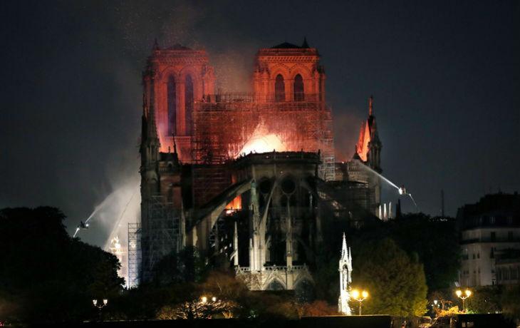 """Incendie de Notre-Dame, un expert doute de la thèse de l'accident : """"Il faut une vraie charge calorifique au départ pour lancer un tel sinistre. Le chêne est un bois particulièrement résistant"""""""