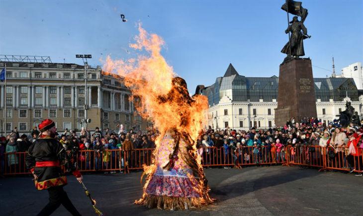 Antisémitisme en Pologne : Des polonais frappent et brûlent une effigie de Juif (Vidéo)