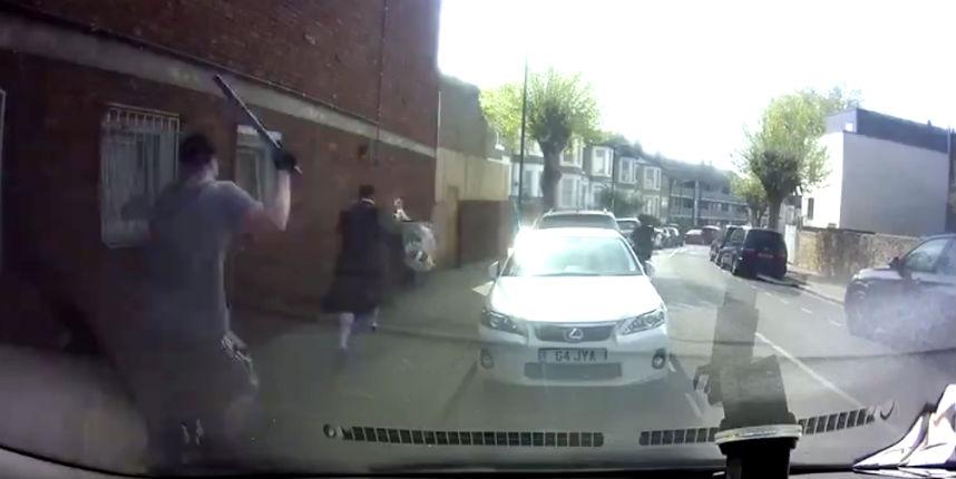 Agression antisémite: Un homme armé d'une batte de baseball filmé poursuivant un fidèle juif à Londres (Vidéo)