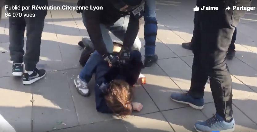 Acte 22 des Gilets jaunes : Une femme traînée brutalement à plat ventre par la police place de la République (Vidéo)