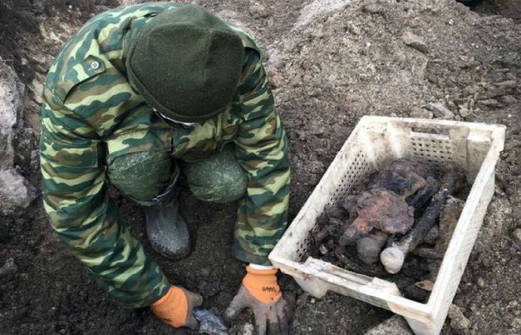 Le squelette d'une mère juive berçant son bébé découvert sur le site d'une fosse commune de la Shoah en Biélorussie (Vidéo)