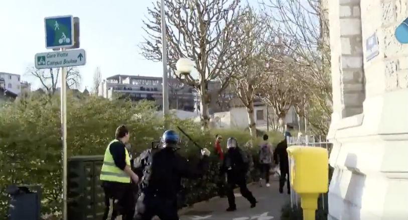 Besançon : un policier filmé en train de matraquer au visage un « gilet jaune » (Vidéo)