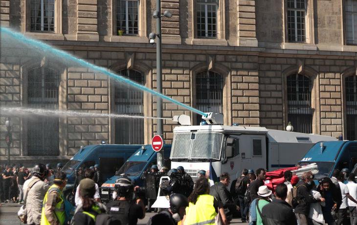 Acte 23 des Gilets jaunes : la police a aspergé les manifestants d'eau bleue à Paris, un produit de marquage codé pour tracer les Gilets jaunes (Vidéo)